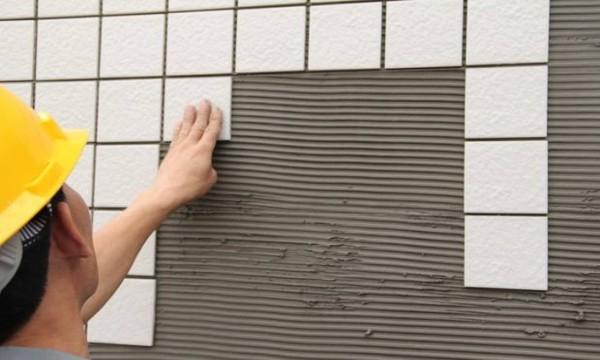 贴瓷砖还需要胶水?成都装修公司排名小编为您介绍瓷砖胶商家和使用方法