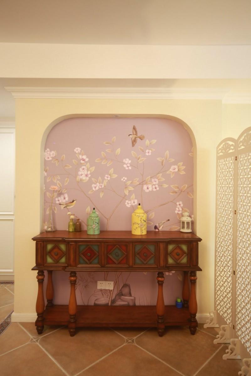 近距离看装饰墙面和柜子是这样的,装饰墙上的柜子线条精致美观,和室内